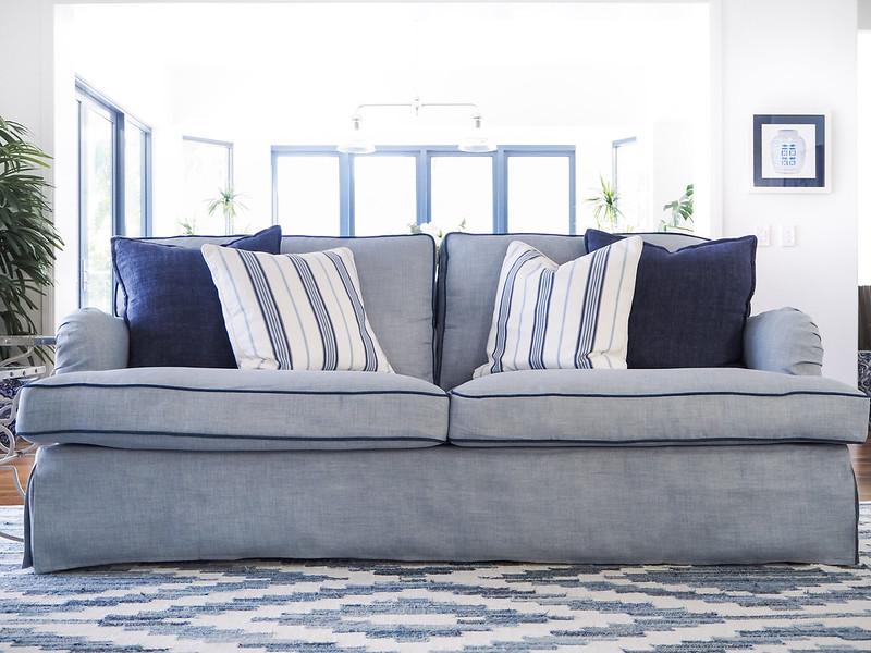Ikea Stocksund Sofabezug in Blau mit blauen Kissen und Teppich