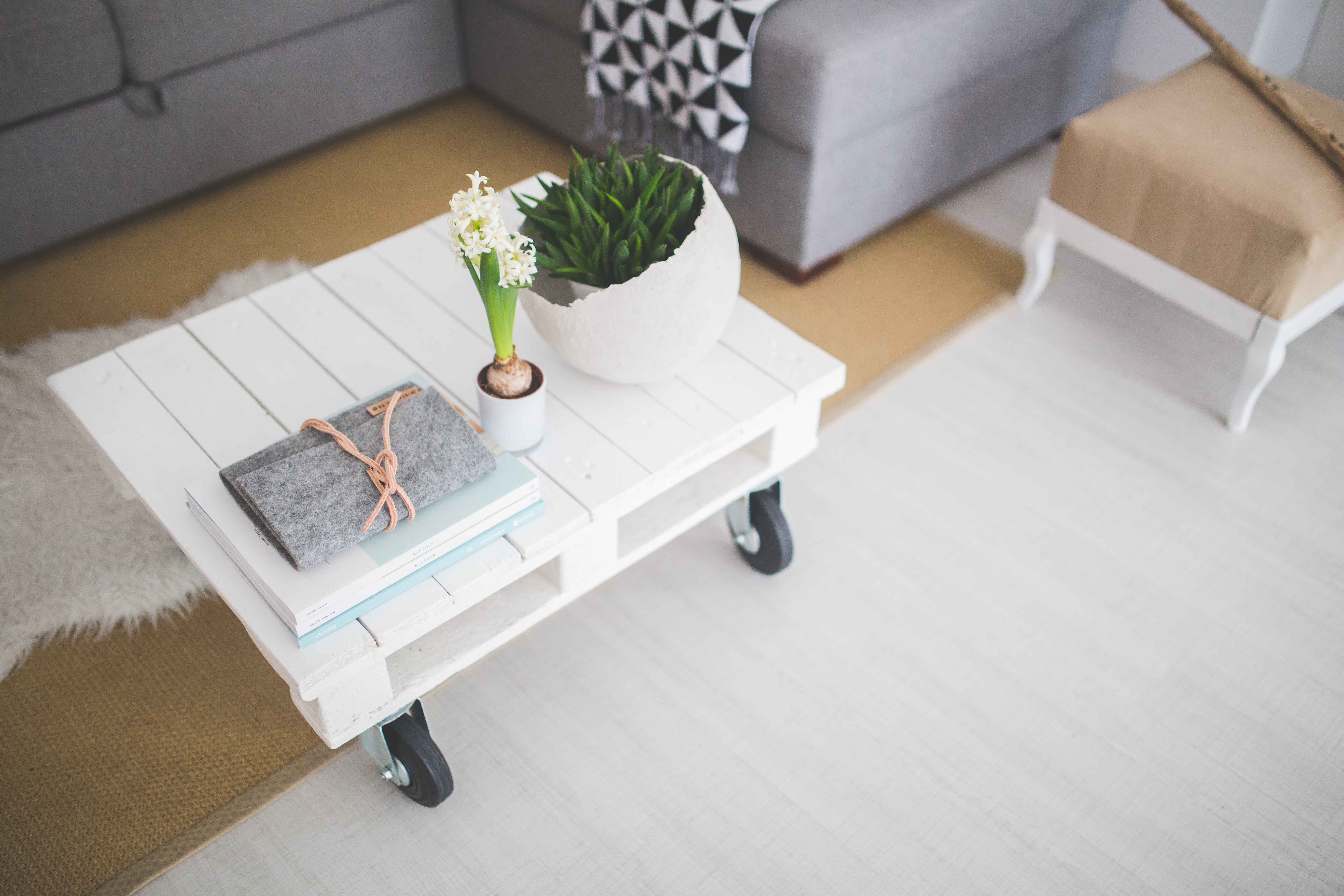Upcycled Pallet Board to White Coffee Table