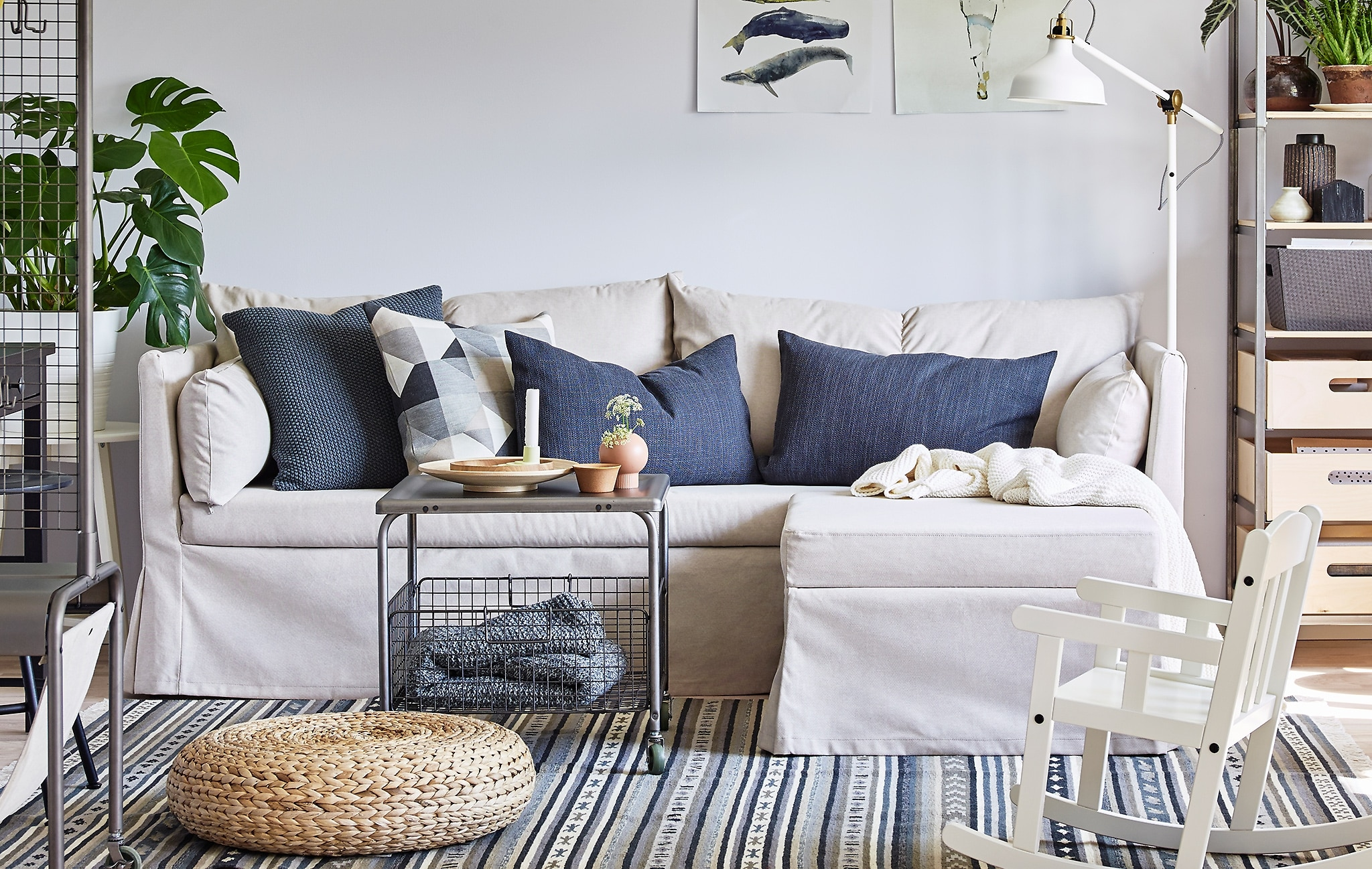 Canapé d'angle Sandbacken IKEA avec coussins colorés