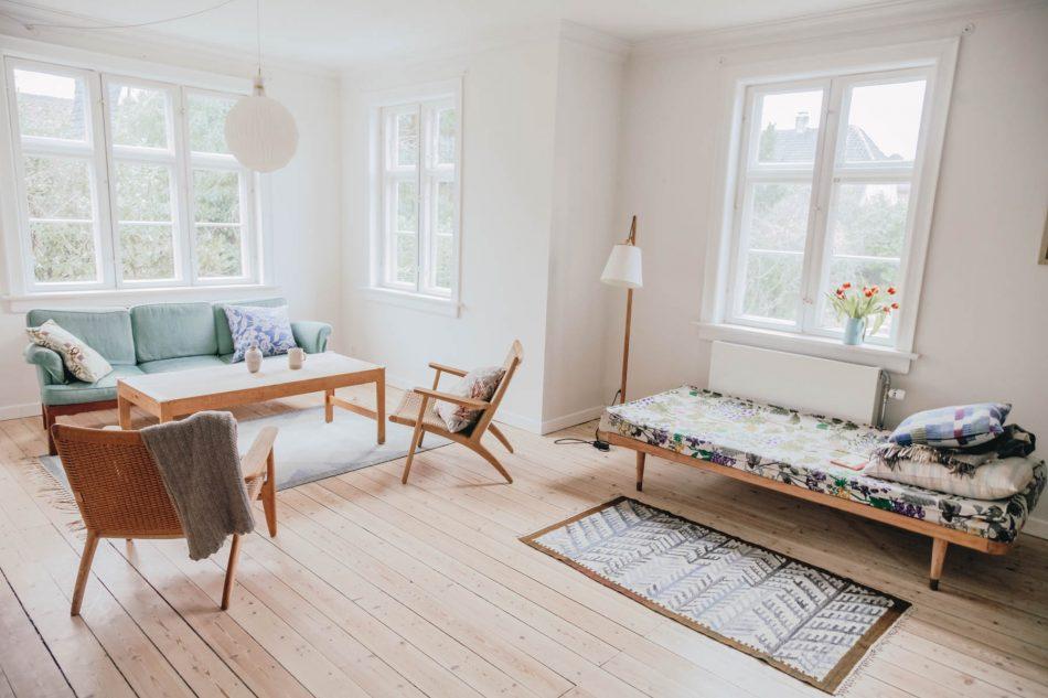 Skandinavisch buntes Wohnzimmer mit Holzmöbeln
