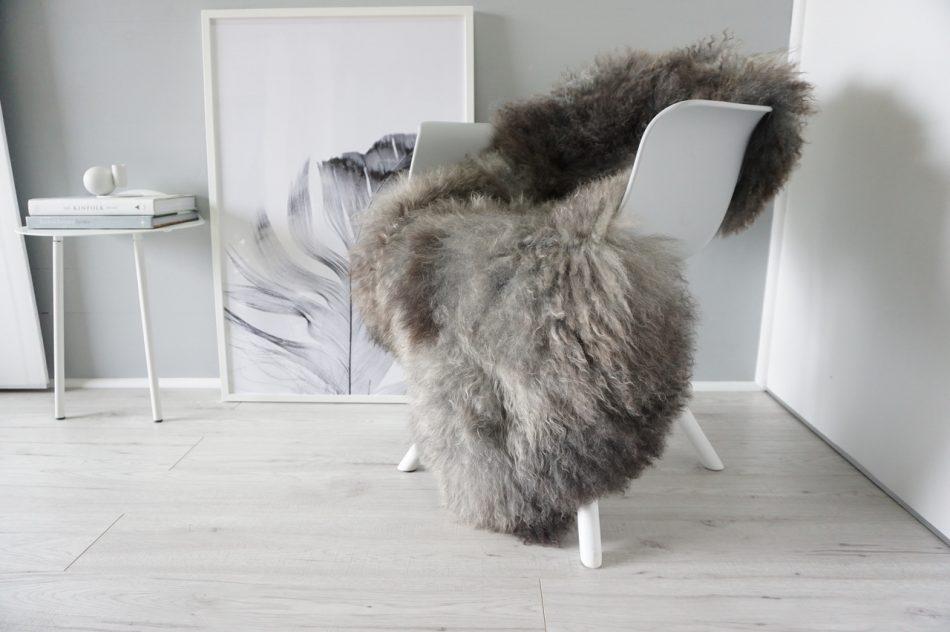 Skandinavischer Sessel mit Fell dekoriert