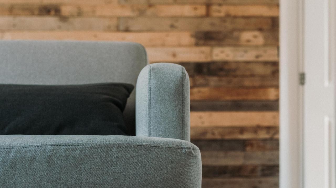 Vale la pena salvare il tuo vecchio divano? Ecco come deciderlo
