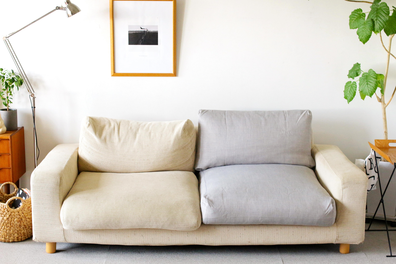 無印良品のダウンフェザーソファに新しいカバーをつけるだけでクッションのへたりが直ります。