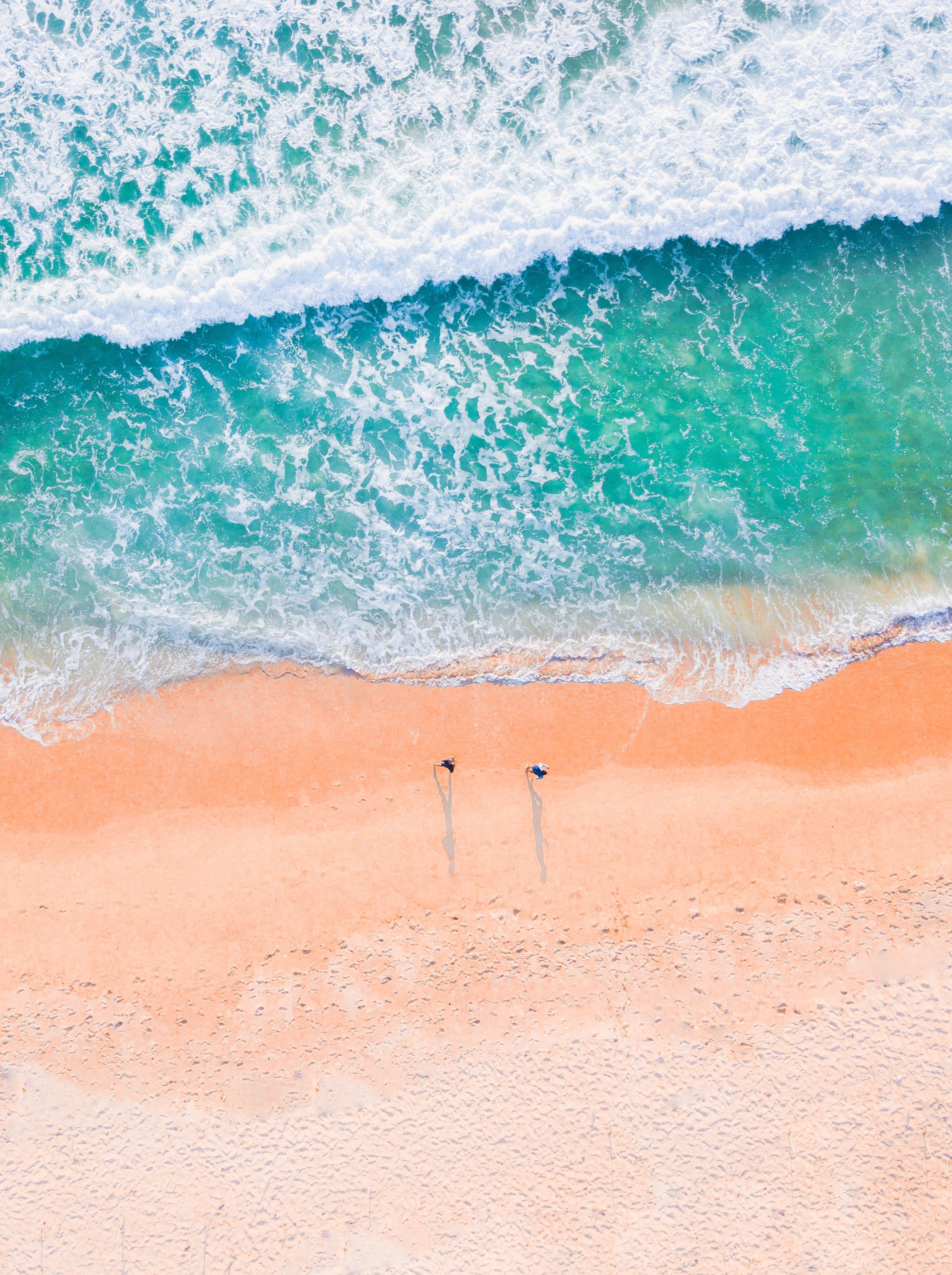 西海岸インテリアを象徴する鮮やかなブルーと綺麗な砂浜が魅力的なカリフォルニアのビーチ