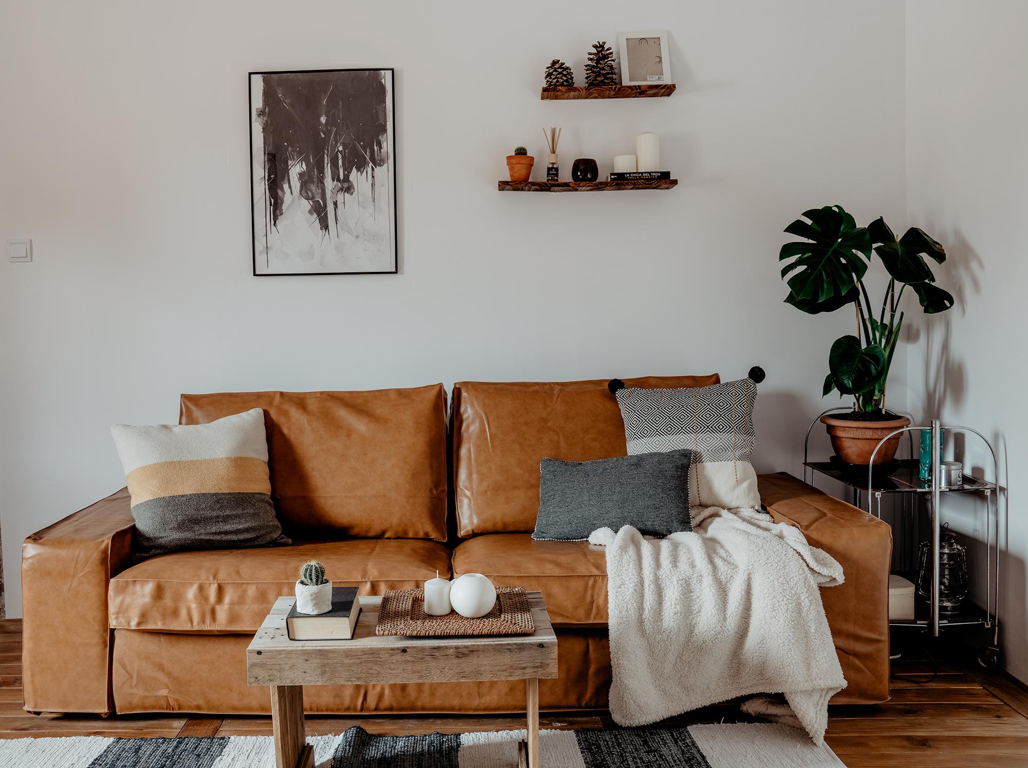 レザー調のソファは空間に重厚感を持たせ暖かな印象に変化させます。