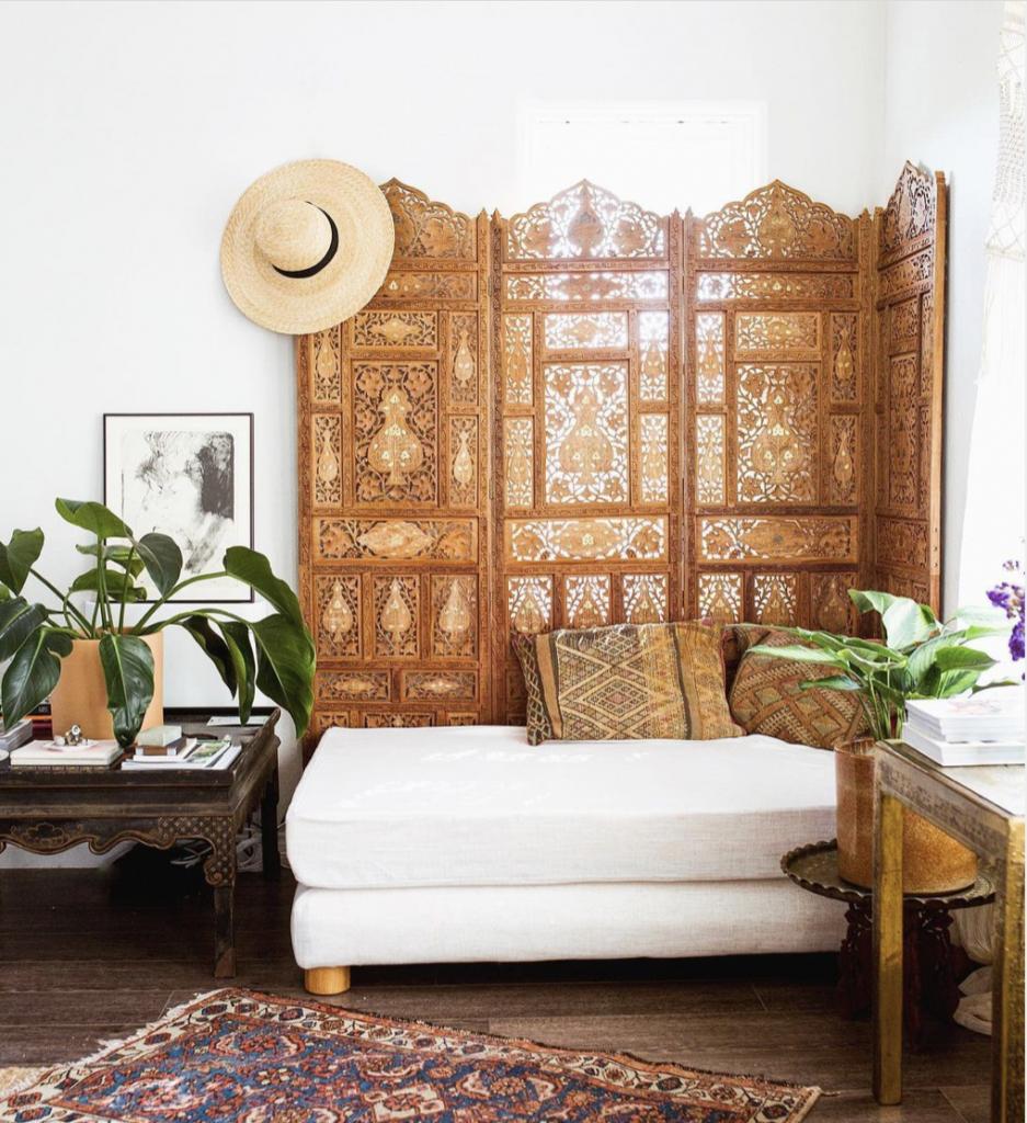 寝椅子は使い方次第でベンチソファに早変わり!お気に入りのカバーをかければ素敵な休憩スポットに。
