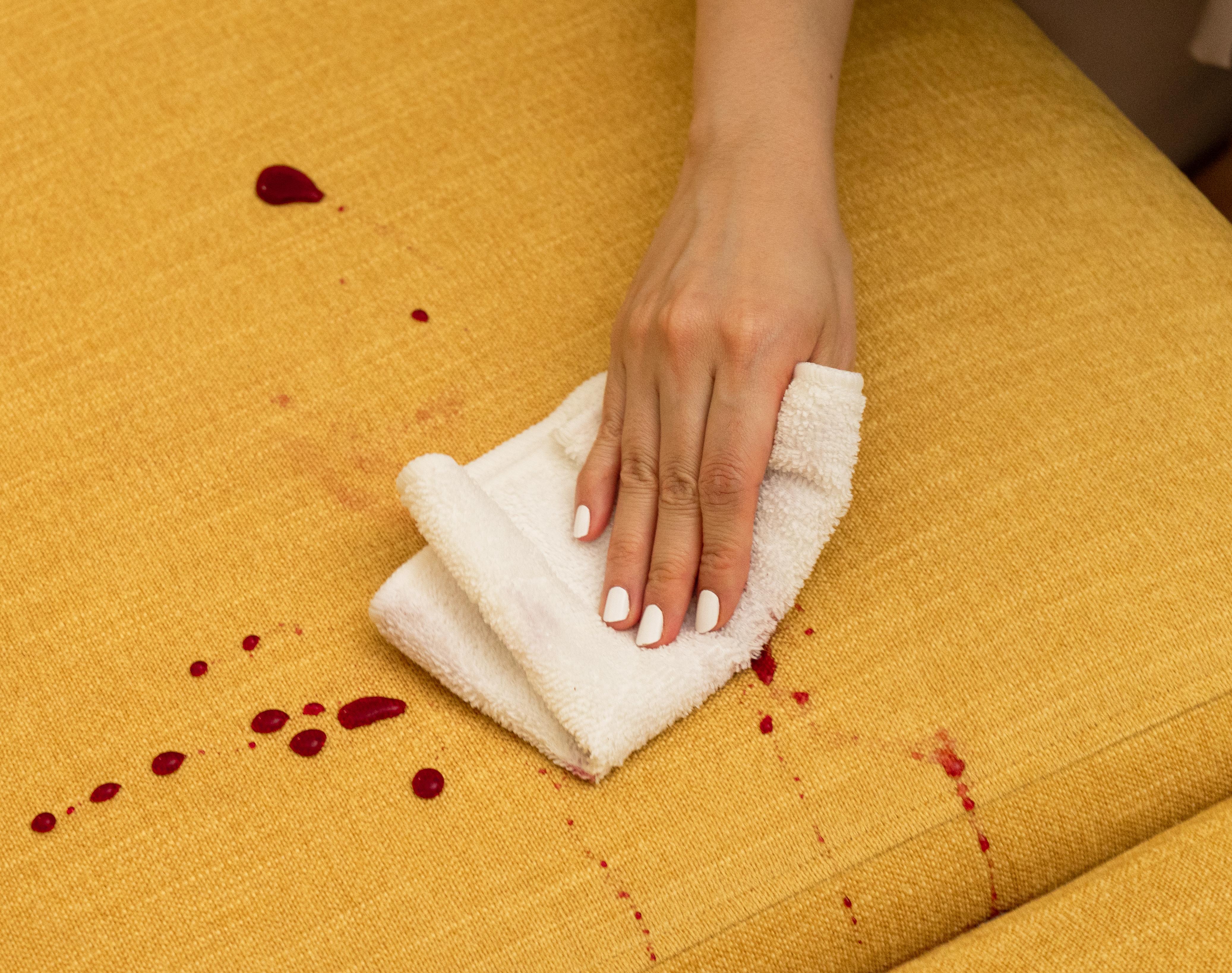 飲み物をこぼしてしまっても簡単に」拭き取ることができるイージークリーンブレンド生地はダイニングソファに大活躍間違いなし!