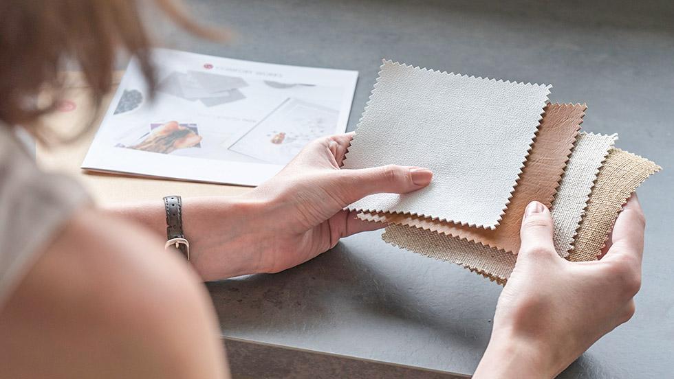 Comfort Works bietet eine große Auswahl an Sofastoffen. Bestelle Stoffproben und suche den Stoff aus, der am besten zu dir und deinem Zuhause passt.