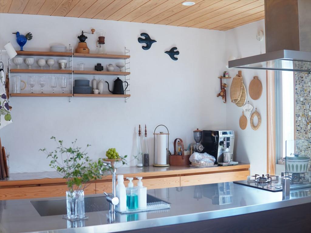 壁の使い方がとっても素敵なナチュラルですっきりとしたキッチン