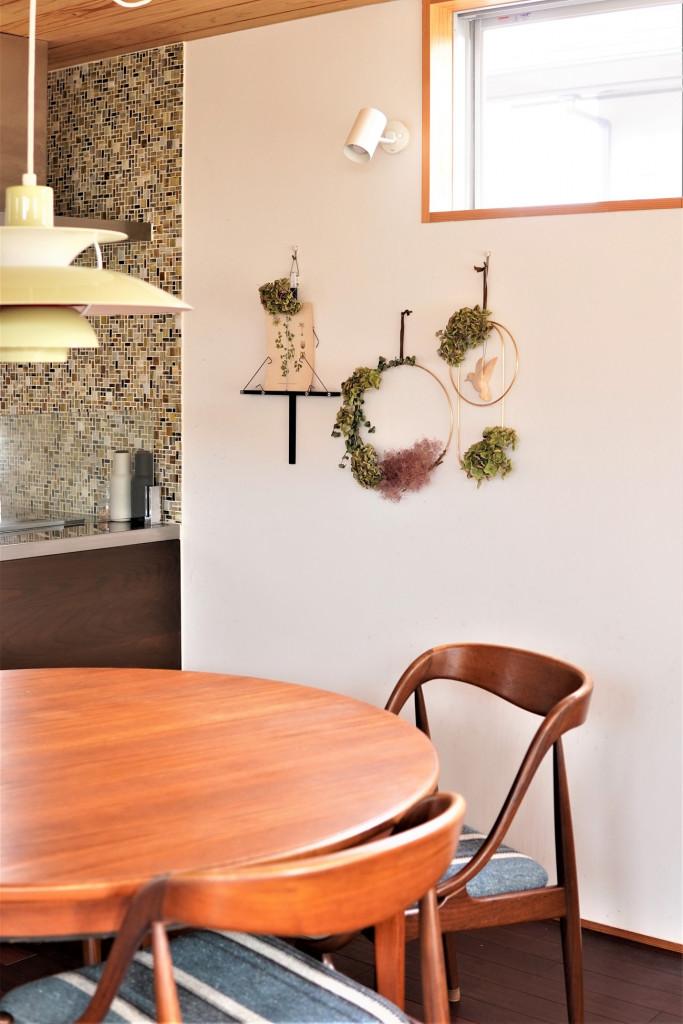 壁のインテリアは余白を大事にして、季節のドライフラワーなどで空気感を出しています