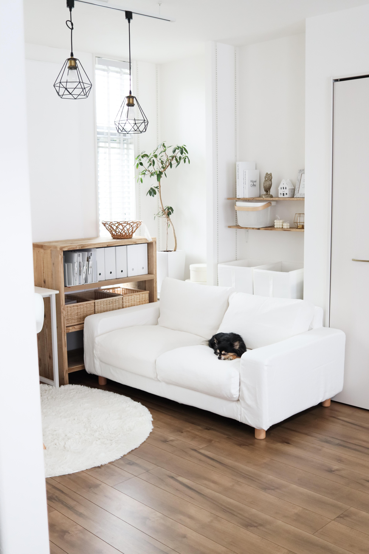 暮らしコーディネーターの瀧本真奈美さんにインテリアのコツを伺いました。シンプルな収納でお部屋をすっきりと見せつつも、極端な生活感の排除はしない、暮らしやすいお部屋が素敵です。