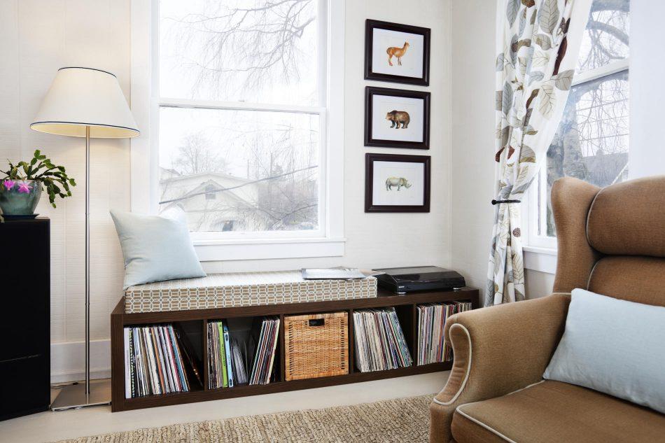 窓際に背の低い本棚や棚を設置し、その上にベンチクッションを敷けば簡単にウィンドウベンチがDIYできるんです!