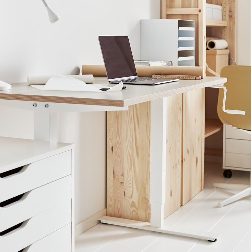 昇降式のデスクは抜群の機能性で理想のホームオフィスを叶えます。