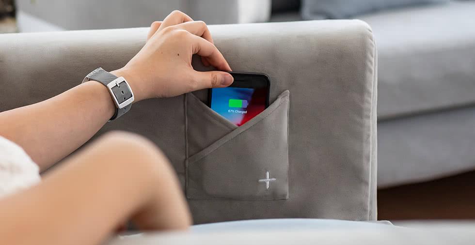 コンフォートワークスではワイヤレスチャージャー付きのソファカバーもお作りしています。ソファに寛ぎながら気軽にスマホを充電することができます。