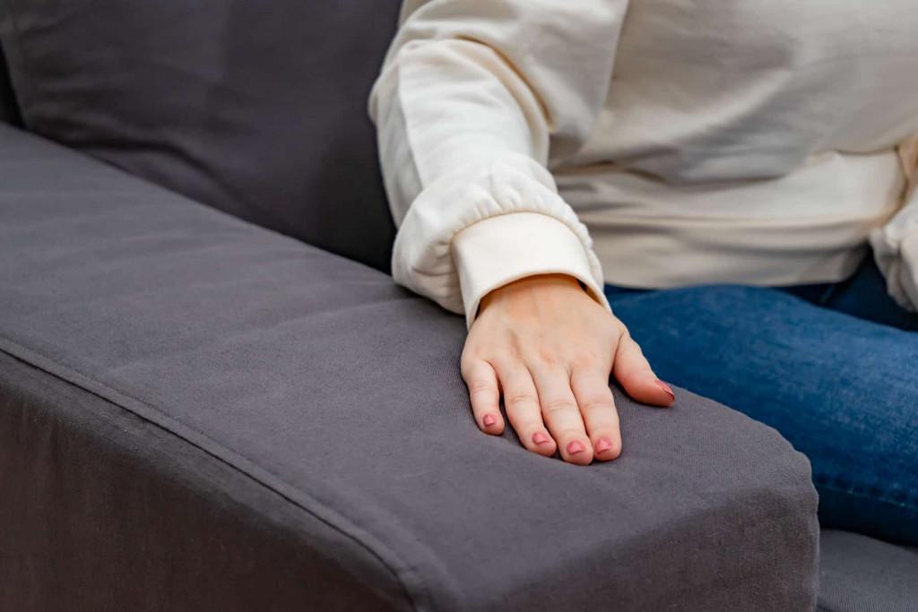 触り心地もリネンの魅力の一つ!リネン生地のソファカバーは、使えば使うほど肌馴染みが良くなります。