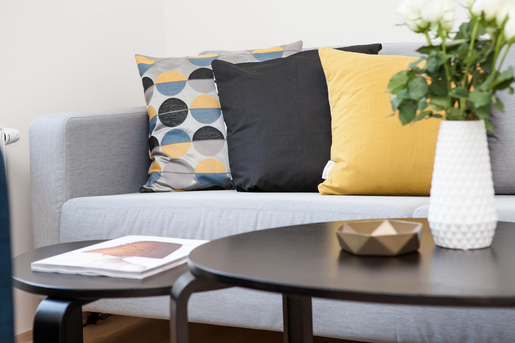 Sofakissen in den Interior Trendfarben Gelb und Grau
