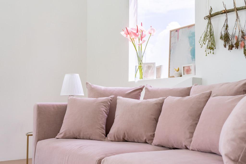 薄いピンク色のソファカバーは韓国インテリアに可愛さをプラスします。