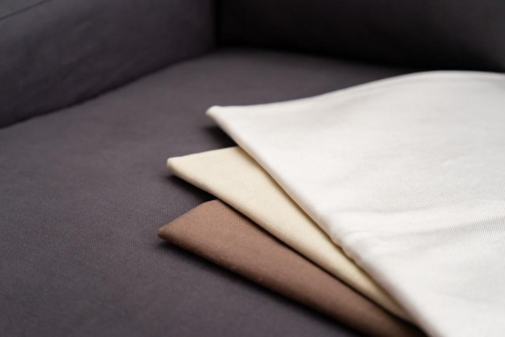 季節を問わず使用できるベーシックリネンブレンドのソファカバー。色はチャコール・ヘーゼル・ベージュ・オフホワイトの4色展開です。
