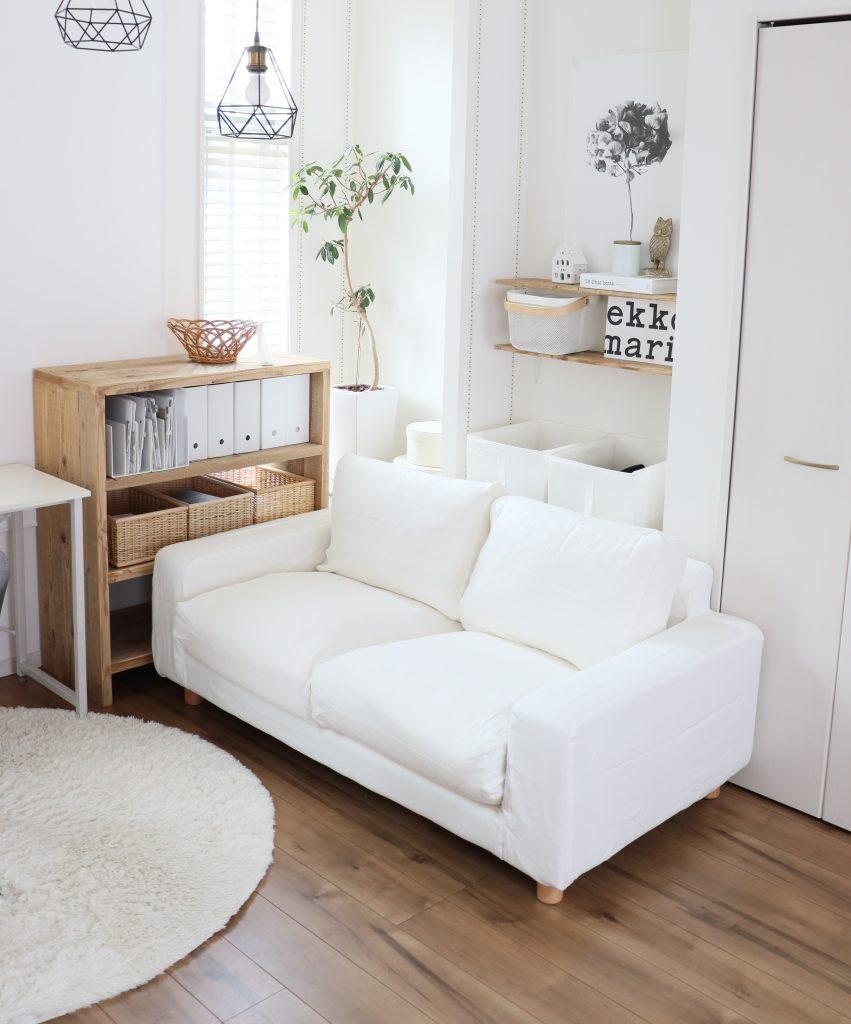 コンパクトなソファは人と人との距離を近づけるので、親密な関係の人と一緒に座ればとても居心地よく座れる特別なソファです。