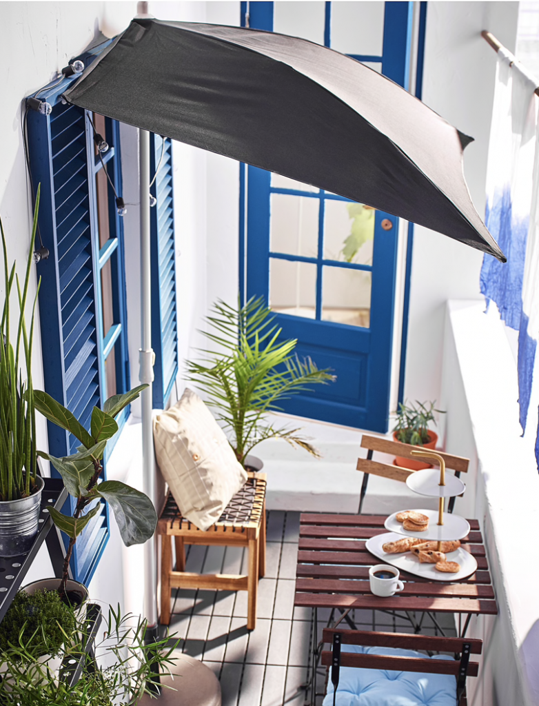 ベランダをお洒落に飾るIKEAのおすすめアイテム7選!ブラムソーンパラソルを設置すれば日差しを気にせず優雅にベランピングを楽しむことができます!