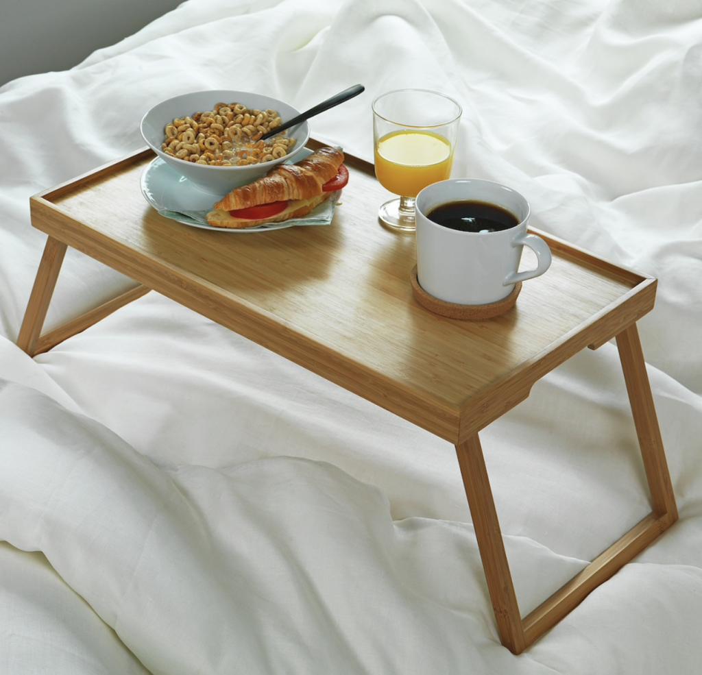 イケアのベッドトレイはお家時間を楽しむのにぴったり。手頃なサイズのテーブルは使い勝手も、インテリアとしても抜群です。