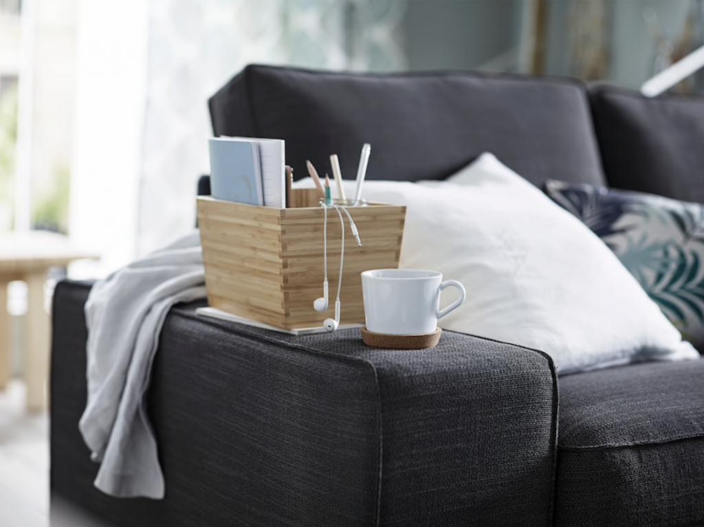 IKEAのシーヴィクソファは肘掛けが平らに作られています。アームレストをサイドテーブルのように使うという新たな提案が新鮮!