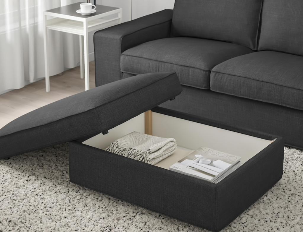 IKEAのシーヴィクソファシリーズはバリエーション豊富。中でも収納付きのオットマンはどんなご家庭でも重宝します。