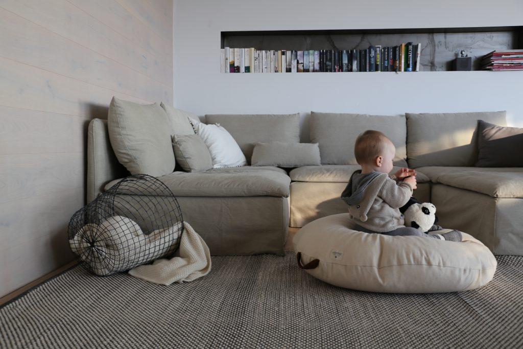 お子さんのいる家庭では、ソファの背面や側面を壁につけて落下を防ぎましょう。