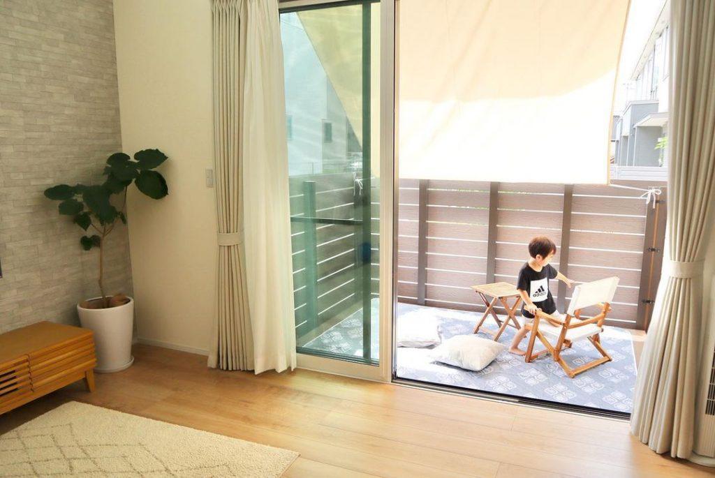注文住宅ではウッドデッキを設置することも可能。ウッドデッキはリビングを広く見せる効果もあります。
