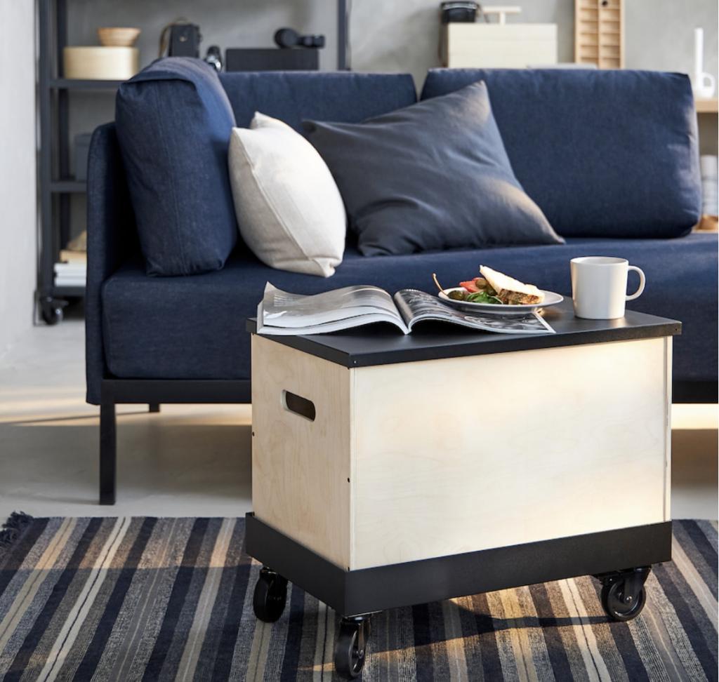 キャスター付きで大きな収納スペースがついたRÅVAROR ローヴァロールは新たなスタイルのローテーブルです。