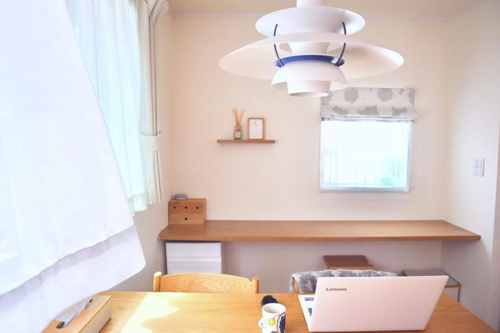 北欧の銘品であるルイスポールセンの照明。お気に入りの家具を軸にインテリアを決めるのも理想の部屋をつくるポイントです。