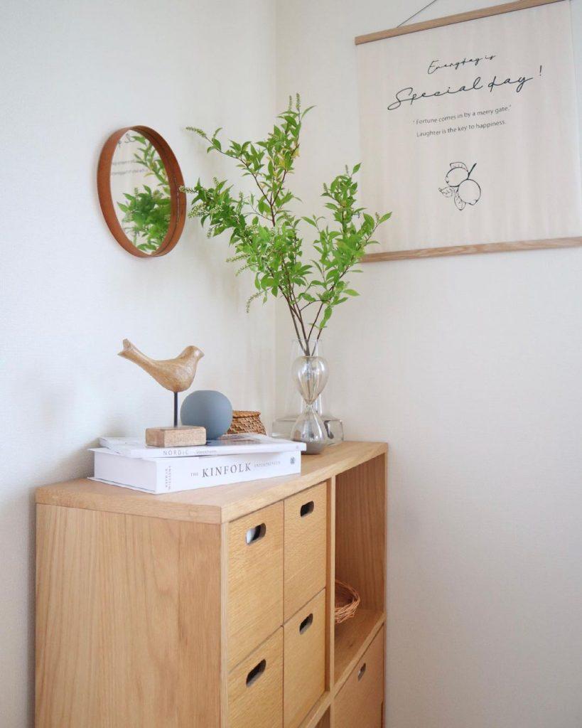 爽やかさのあるお部屋を作るには、細い葉の観葉植物がおすすめ。