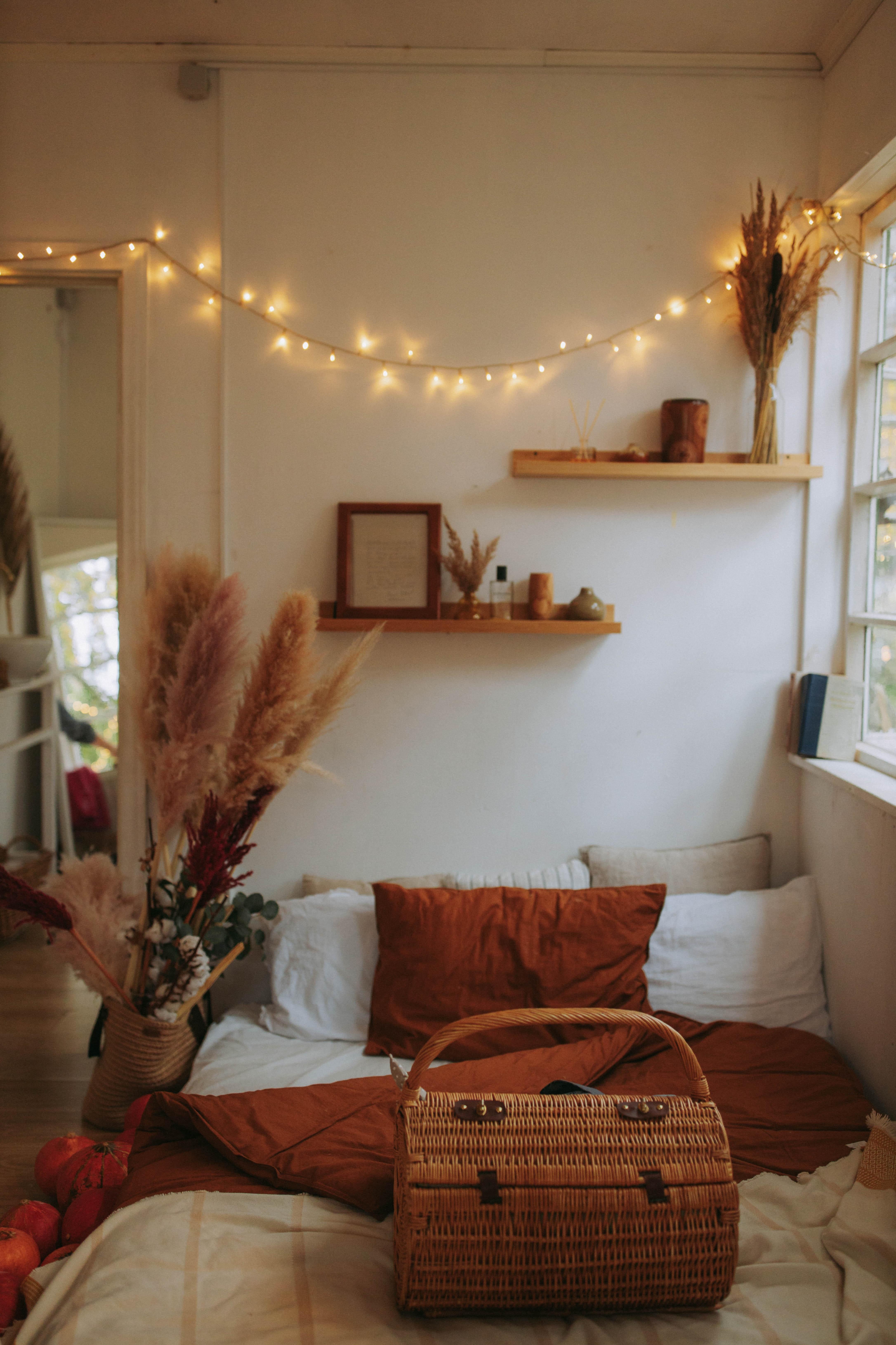 Schlafzimmer in herbstlicher Deko