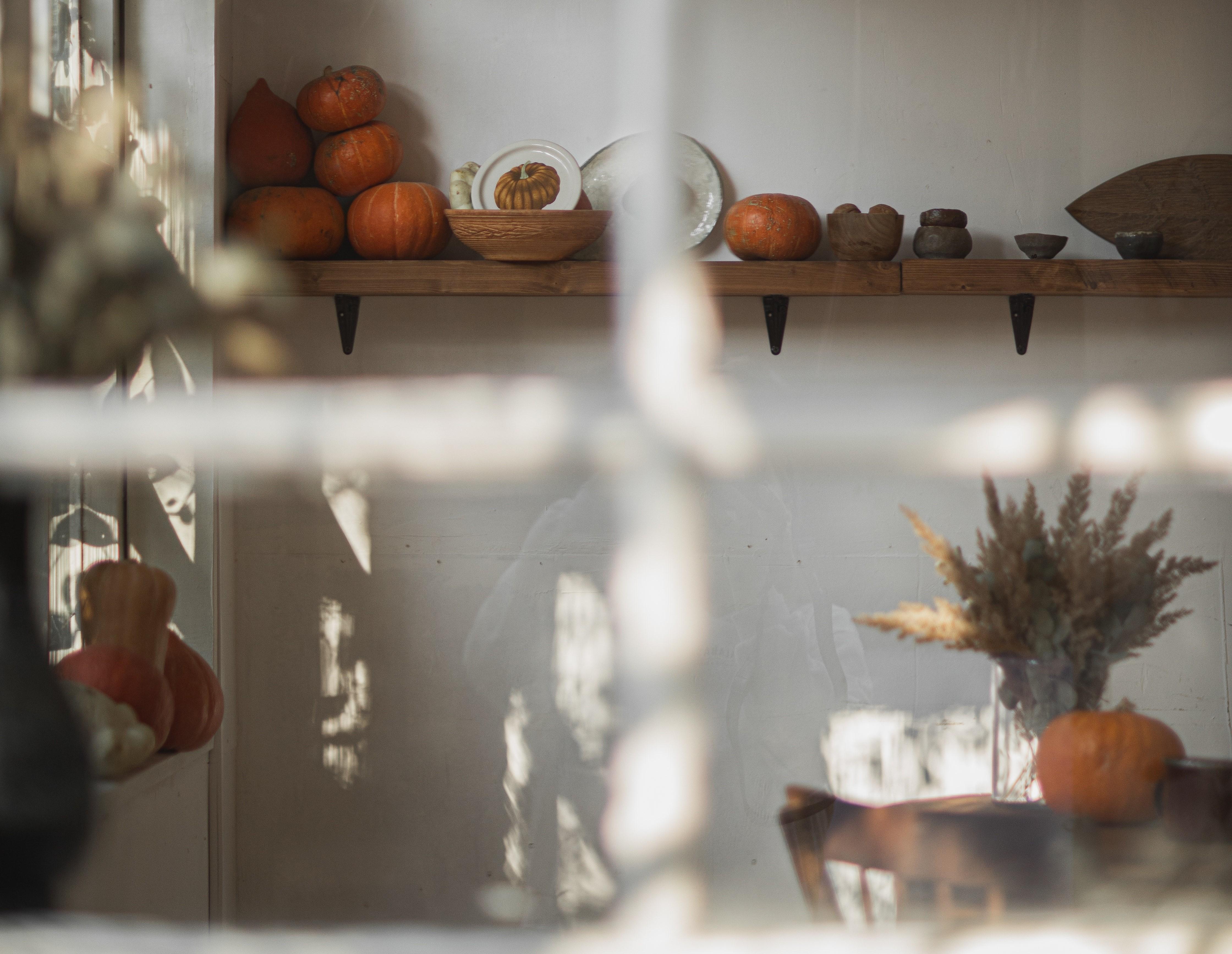 Herbstliche Küchen-Dekoration mit Deko-Kürbissen