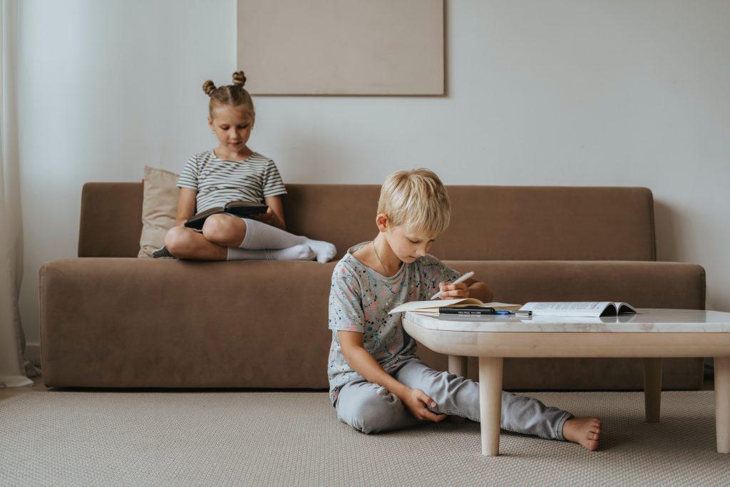 ローテーブルを選ぶコツは高さ。床に座ってもソファに座っても快適なローテーブルなら、いつでも快適に過ごすことができます。