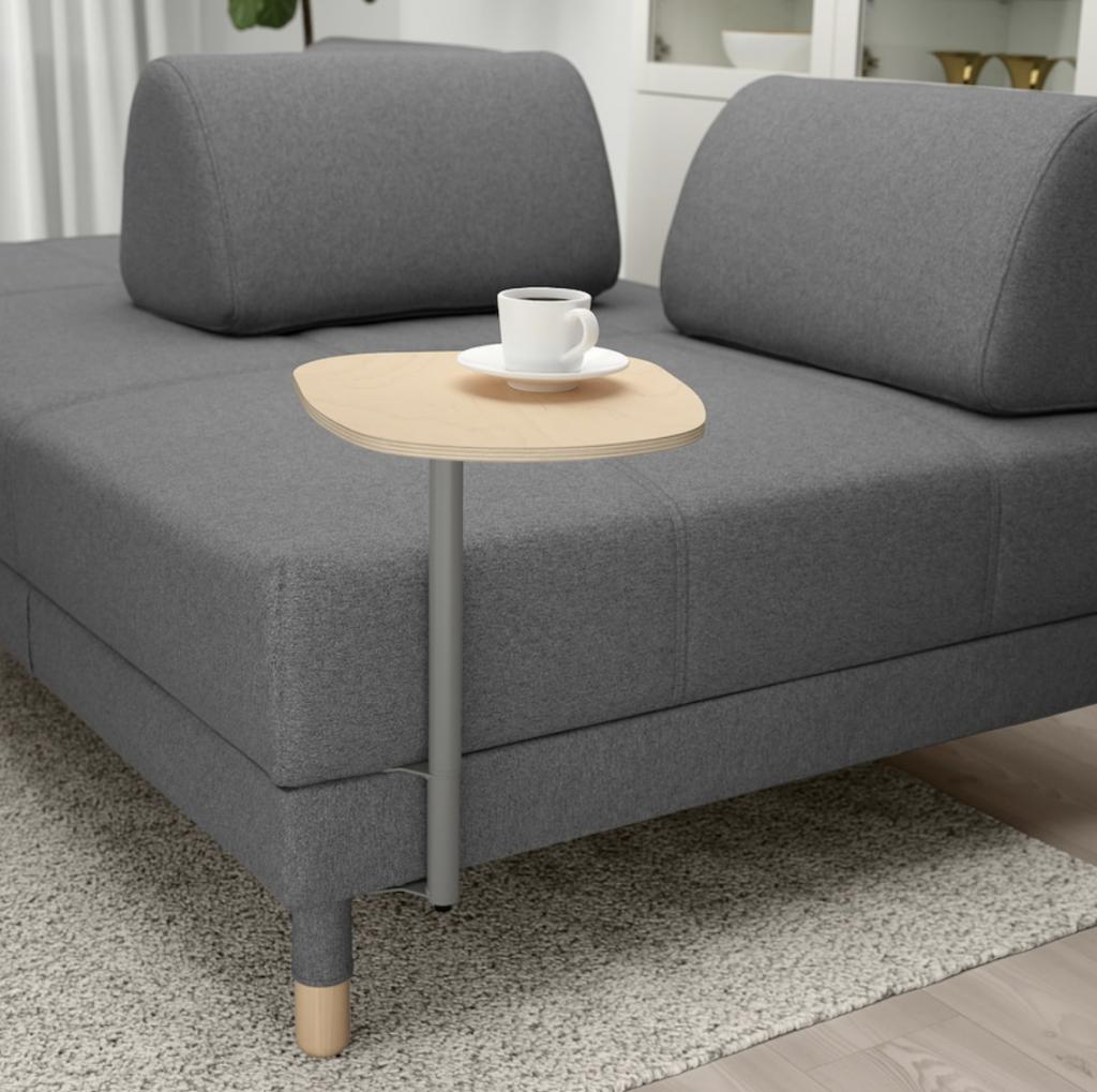 IKEAのフロッテボーソファに専用のサイドテーブルをつければ、簡単な作業机としてピッタリです。